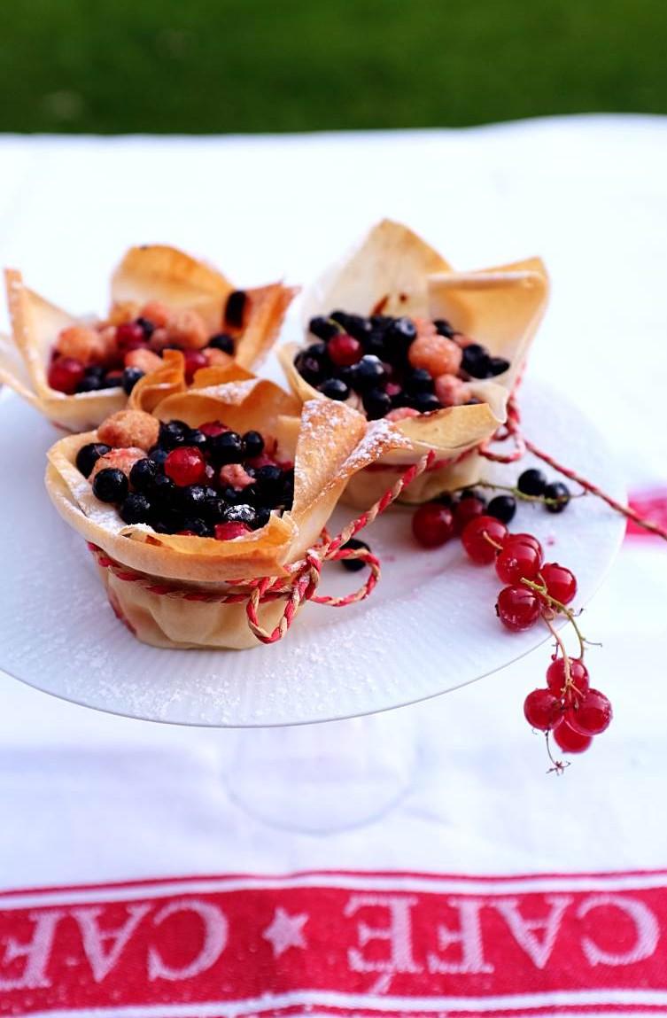 Jednoduchý rýchly dezert s tvarohovou náplňou a ovocím.